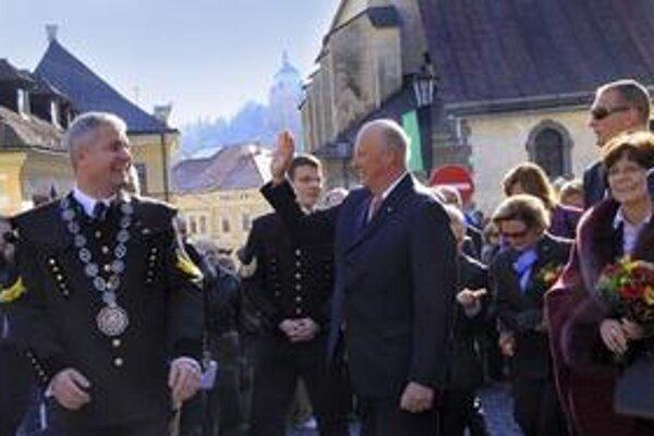 Nórsky kráľ zdraví Štiavničanov v uliciach mesta.