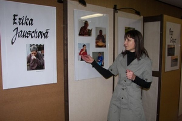 Výtvarníčka Helena Trajtalová ukazuje víťazné fotografie Eriky Jauschovej.