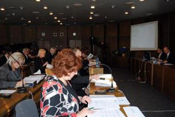 Už na prvom rokovaní zastupiteľstva museli poslanci riešiť očakávaný výpadok v príjmoch mesta.