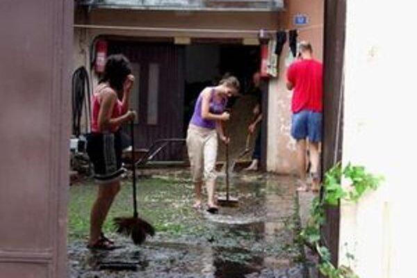 Ľudia odstraňujú následky včerajšej veľkej vody.