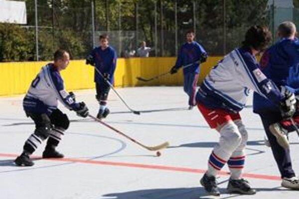 Tréningy hokejbalistov stopol stav štadióna.