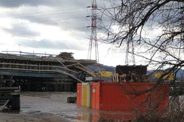 Časť rozostavaného mosta neďaleko Lovče odniesla voda. Rozsah škôd zatiaľ Národná diaľničná spoločnosť nepozná.