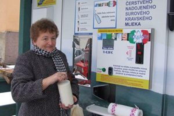 Vautomate si môžu Novobančania načapovať toľko mlieka, koľko potrebujú. Nádobu naň si môžu priniesť zdomu, alebo kúpiť na mieste.