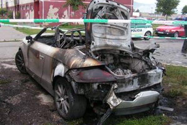 Z luxusného auta zostalo len torzo.