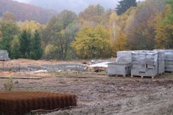 Základy budúceho hradu sú niekoľko kilometrov od centra Repišťa.