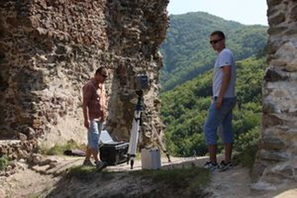 Na starobylých hradbách sa na čas udomácnili moderné prístroje.