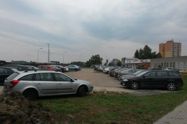 Vedenie ŽOS parkovanie na mieste bývalého ihriska nepovolilo, ale ani nezakázalo.