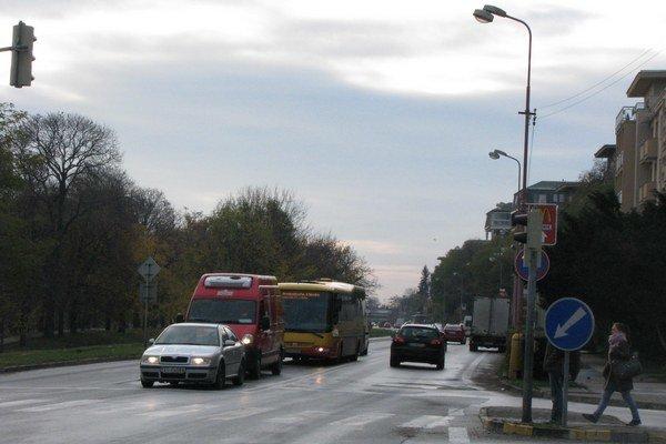 Autobusy na Hospodárskej zatiaľ vlastný pruh mať nebudú.