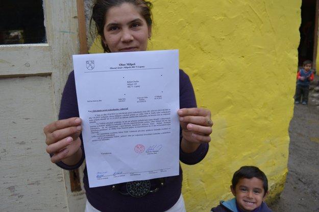 Dcére Anežke postavil otec malý domček. Musí zaplatiť tisícku a chyžu zvaliť.