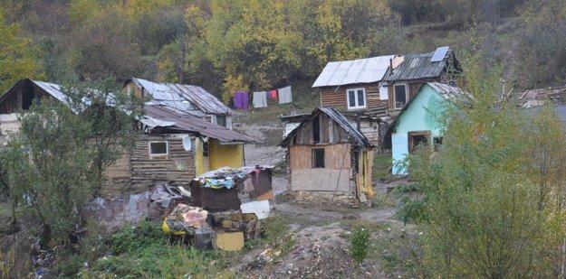 Osada dva kilometre od Milpoša vznikla po druhej svetovej vojne. Pod les vysťahovali tri rómske rodiny, ktoré predtým žili v dedine. Teraz tu žije 75 ľudí.