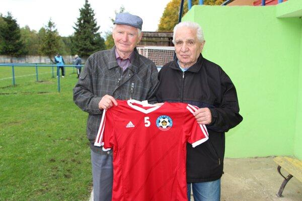 Zľava oslávenec Štefan Boldiš a jeho bývalý spoluhráč Oldřich Vévoda.