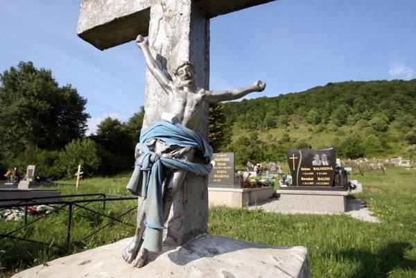 Na cintorínoch vyčíňajú neznámi vandali.