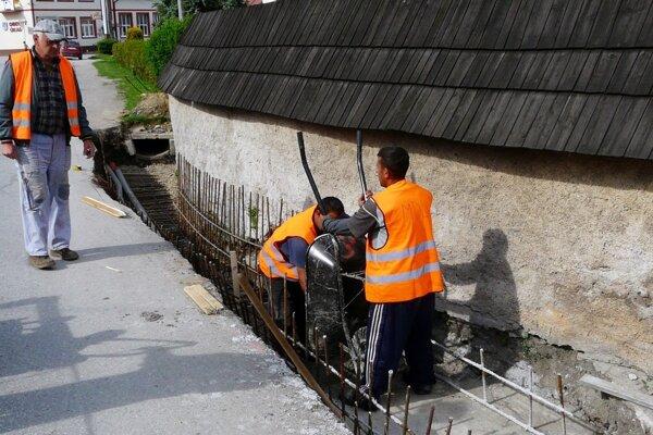 Verejné zákazky môžu priniesť dlhodobo nezamestnaným Rómom prácu.