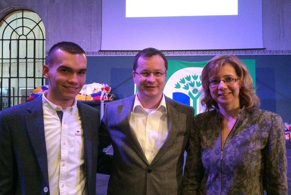 Minister Juraj Draxler, gymnazista Tomáš Mazán a učiteľka Oľga Kurbelová.