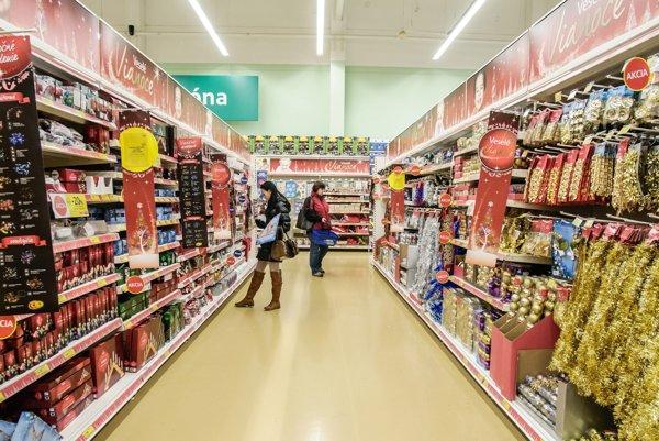 Desať hypermarketov Tesco, medzi nimi aj prievidzské, končí s nonstop predajom.