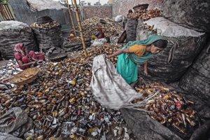 Deti a chudobní sa v odpadkoch prehrabávajú celé dni.