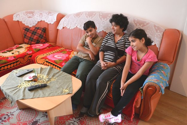 Žaneta Cinová s deťmi Jozefom a Danielou  v novom byte.