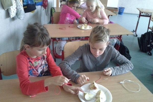 Deti zistili, že elektrický prúd tečie aj cez zemiak.
