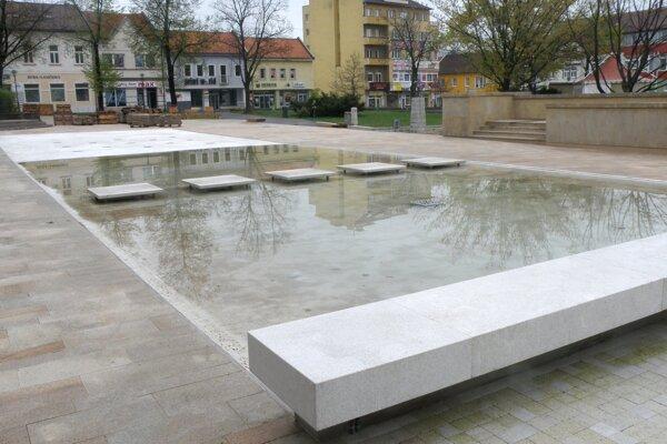 na spustenie fontány si musíme ešte počkať.