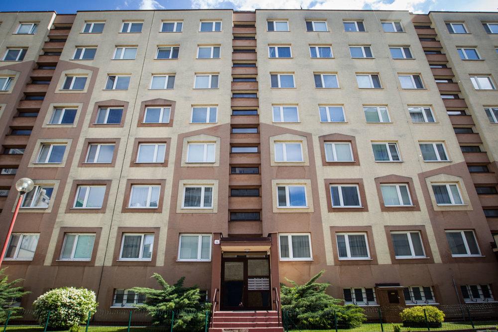 Ubytovanie v bytovom dome v bratislavskom Ružinove, kde bývajú aj poslanci ĽSNS.