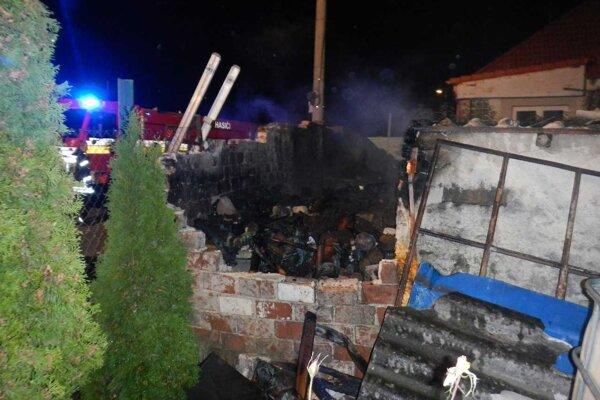 Požiar prístavby v Horných Orešanoch.