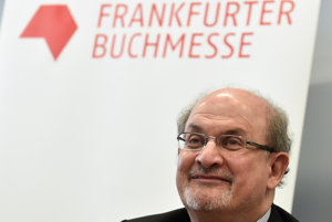 Pozvanie Salmana Rushdieho vzbudilo rozruch.