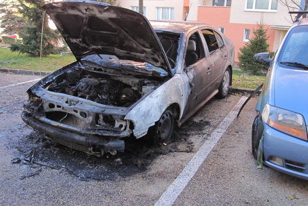 Sálavé teplo od horiaceho auta poškodilo aj vedľa stojace vozidlo.