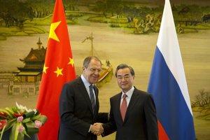 Šéf ruskej diplomacie Sergej Lavrov a jeho čínsky kolega Wang I.