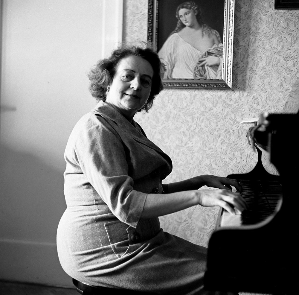 Hana Meličková (1900-1978), herečka, spoluzakladateľka slovenského profesionálneho divadla, národná umelkyňa. Šmotlák ju nafotil v jej byte 13.5.1961.