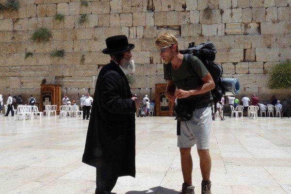 Ladislav Zibura pred Múrom nárekov v Jeruzaleme.