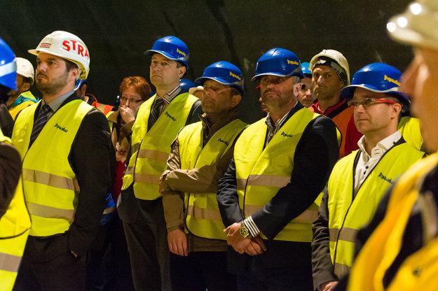 Zamestnanci zhotoviteľa počas slávnostného prerazenia tunela Ovčiarsko