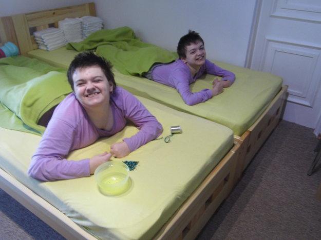 Sestričky Ivanka (vľavo) a Andrejka (vpravo) trpia od narodenia detskou mozgovou obrnou.