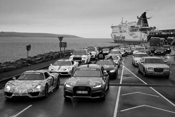 Posádky rely Gumball 3000 schádzajú z trajektu vo Veľkej Británii.