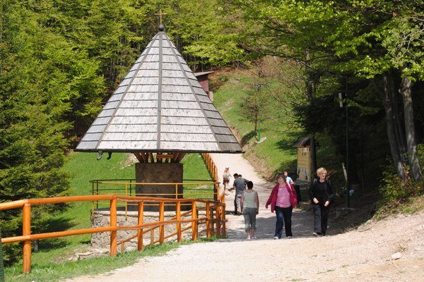 Prameň v Litmanovej. Na obľúbené pútnicke miesto povedie originálna trasa po minerálnych prameňoch.