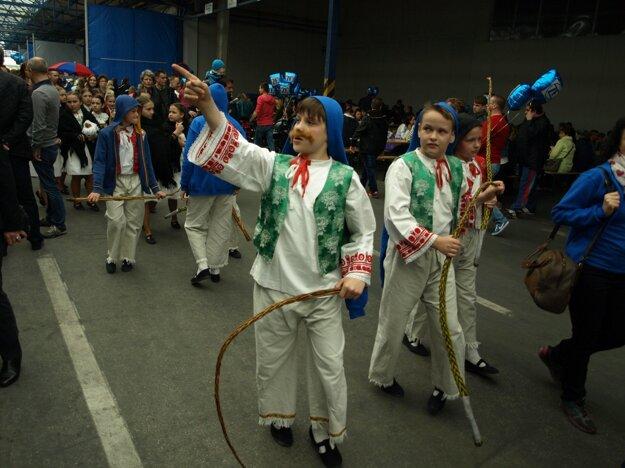 Ľudí bavili malí folkloristi.