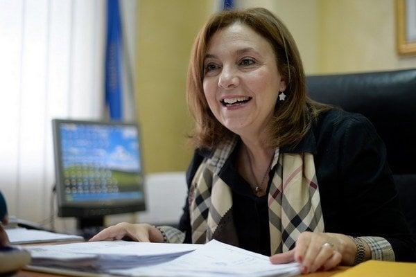 Elisabetta Tripodi je členkou Demokratickej strany (PD) súčasného premiéra Mattea Renziho.