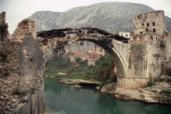 Most v Mostare po úplnom odstrelení neskôr nahradila provizórna lávka. Až v roku 2005 dokončili kópiu stredovekého diela.