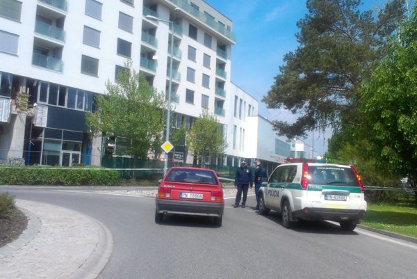 Nitriansku ulicu pred Auparkom policajti uzavreli.