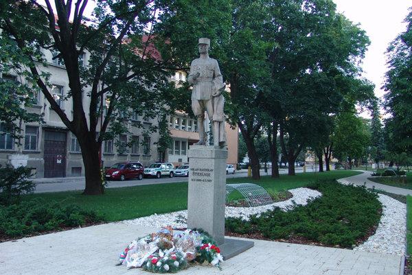 Socha M.R. Štefánika v Trnave.