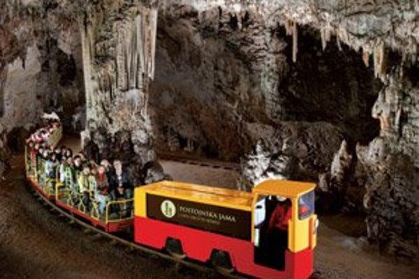 Jaskyňa meria až 21 kilometrov, koľaje, po ktorých vás povezie vláčik, sú dlhé takmer štyri kilometre.