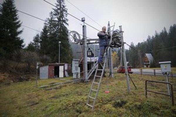 Aj menšie lyžiarske strediská pod Tatrami sa pripravujú na novú zimnú sezónu. Všetci však čakajú na lepšie poveternostné podmienky, aby mohli začať so zasnežovaním a potešil by ich aj prírodný sneh. Na snímke vedúci obsluhy vlekov lyžiarskeho stredisk