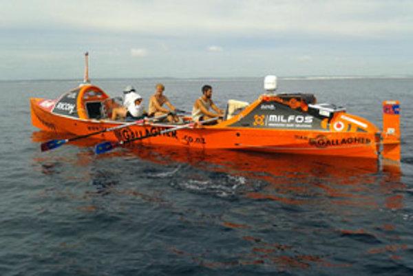 Loď, v ktorej plávali cez vlny, mala na dĺžku len desať metrov.