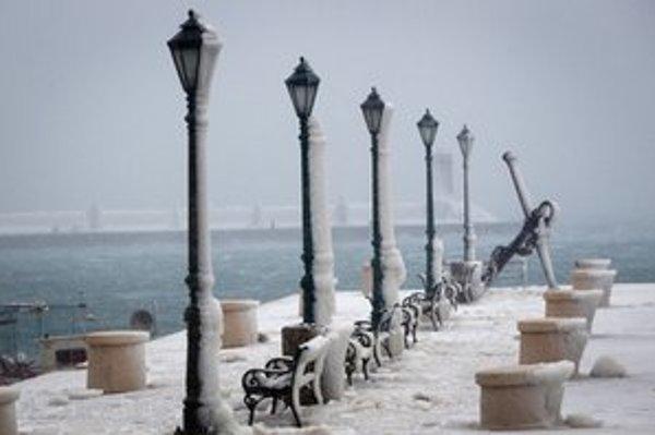Chorvátske pobrežie je pod snehom.