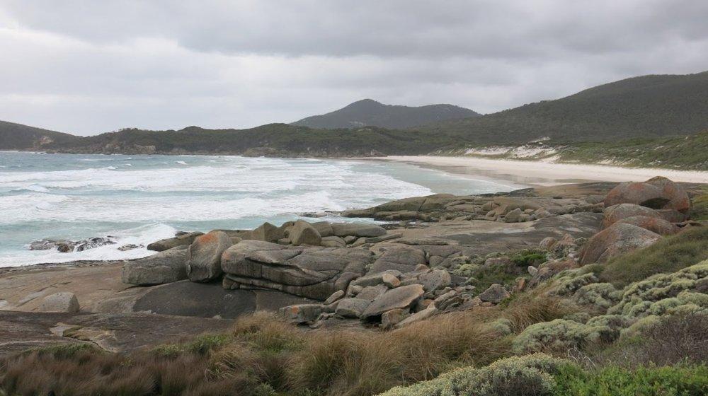 Squeaky beach získala pomenovanie vďaka tomu, že jeje biely piesok pri každom kroku