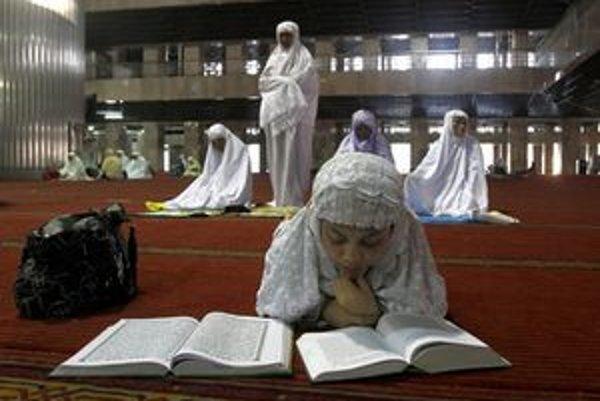 Indonézska moslimka číta Korán.