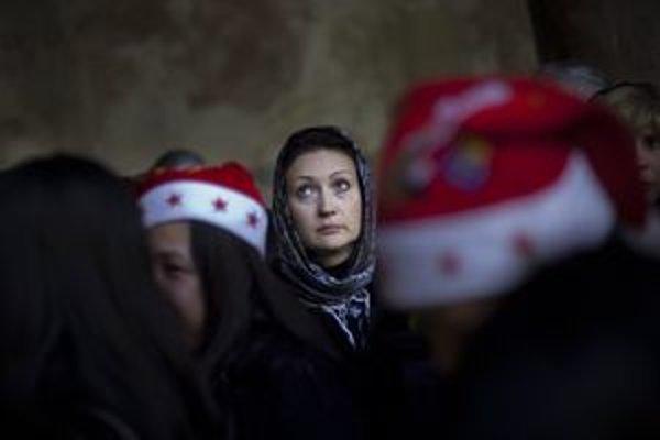 Kresťanská pútnička stojí v rade pred Jaskyňou narodenia, miestom narodenia Ježiša Krista, v Bazilike Narodenia Pána v Betleheme.