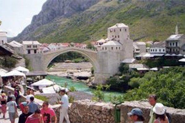 Mostarský Stari most v Bosne je len jedna z mnohých atrakcií, kde sa môžete zastaviť cestou na dovolenku.