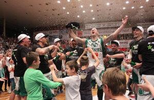 Šťastní basketbalisti Prievidze.