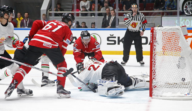 Kanaďan Stone (dres č. 61) dáva druhý gól Kanady.