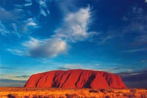 Austrálsky monolit Uluru sa nachádza uprostred Sturtovej kamenej púšte.